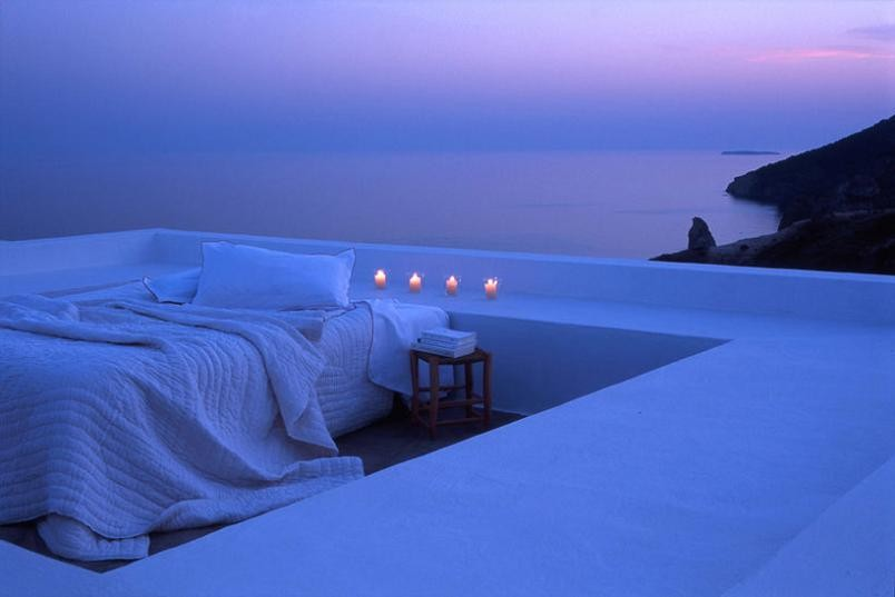 outdoor-bed-by-the-ocean