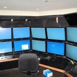 Workstations: Stôl, pc a harmónia káblov a obrazoviek