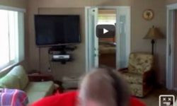 Nahúlený strýko na bežiacom páse, vedľa bežiaceho pásu