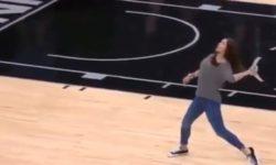 Dievča hodilo tričko veľmi veľmi ďaleko