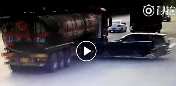 Mercedes rozlomil tanker na polovicu